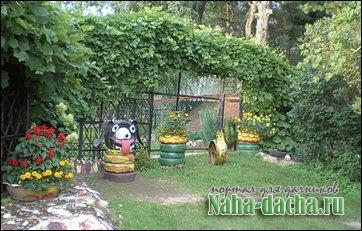 двор украшен поделками из шин из шин