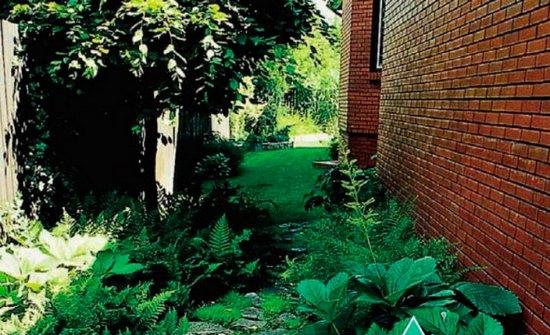 Ландшафт между домом и забором