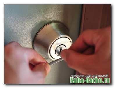 Как открыть дверь если замок заклинило